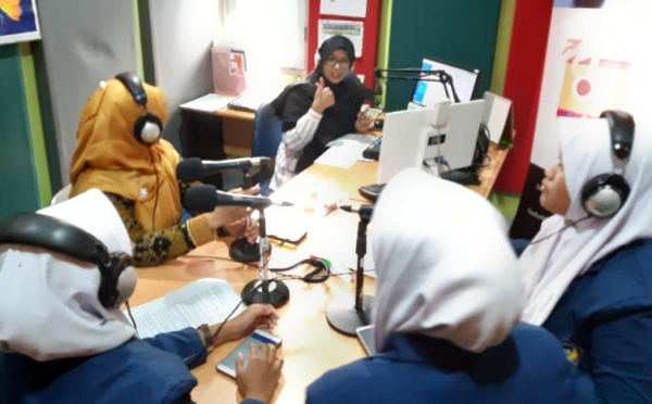 Tim Adiwiyata SMA N 1 Pleret On Air Talk Show SmartFM Jogja